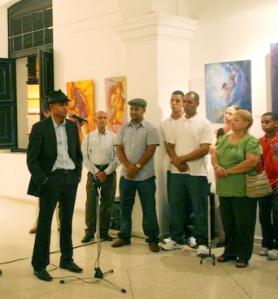El artista y los invitados a la exposición