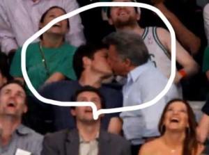 Dustin besa a Jason Bateman